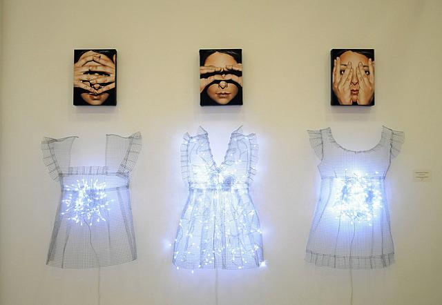 bambola-artist-antonella-cinelli-lavoro-data-2012-categoria-mixed-media-materiali-installazione-di-3-dolls-pittura-ad-olio-fili-luci-led